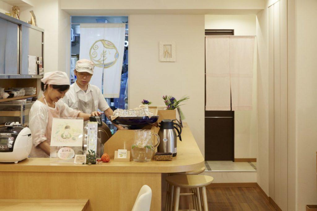 清潔で明るい店内。1 人でやってくる女性客も多い。手前が副店長の助安真紀子さん、奥が店長の昭紀さん。