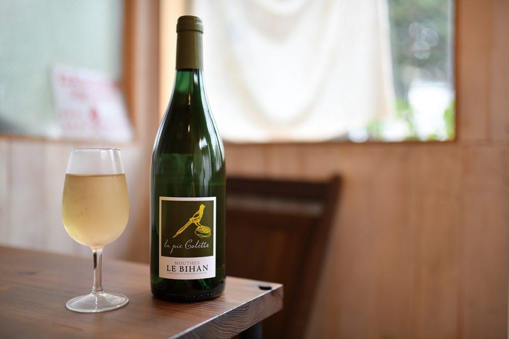 ワインは、ナチュラルワインのみで、グラス550円。ビールは店名のロゴ入りグラスで。