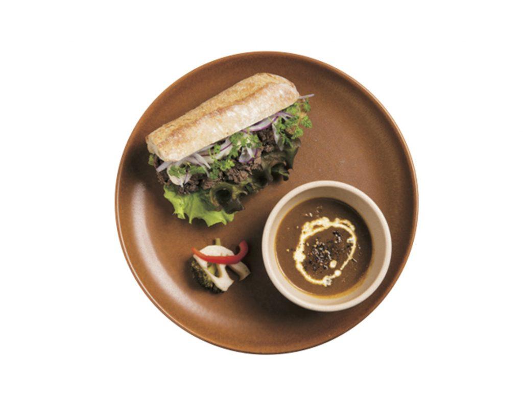 「自家製コンビーフ、トリュフオイルとグレイビーソース/ディップスタイル」1,350円。