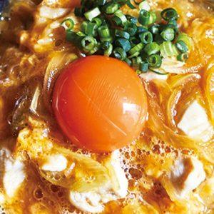 絶品ふわふわトロっとろの親子丼が食べられる!銀座・親子丼専門店〈ばぁーどはうす〇勝〉の一品。