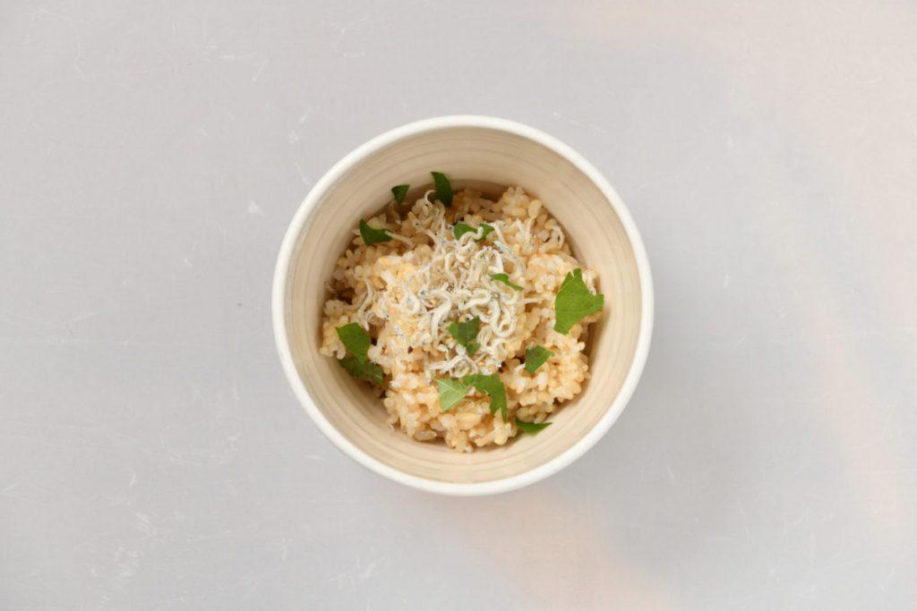こちらは10月の一例で、れんこんのはさみ揚げ、小松菜と春菊のお浸しなど。米は奈良産の無農薬米。1,200円。テイクアウトもOK。