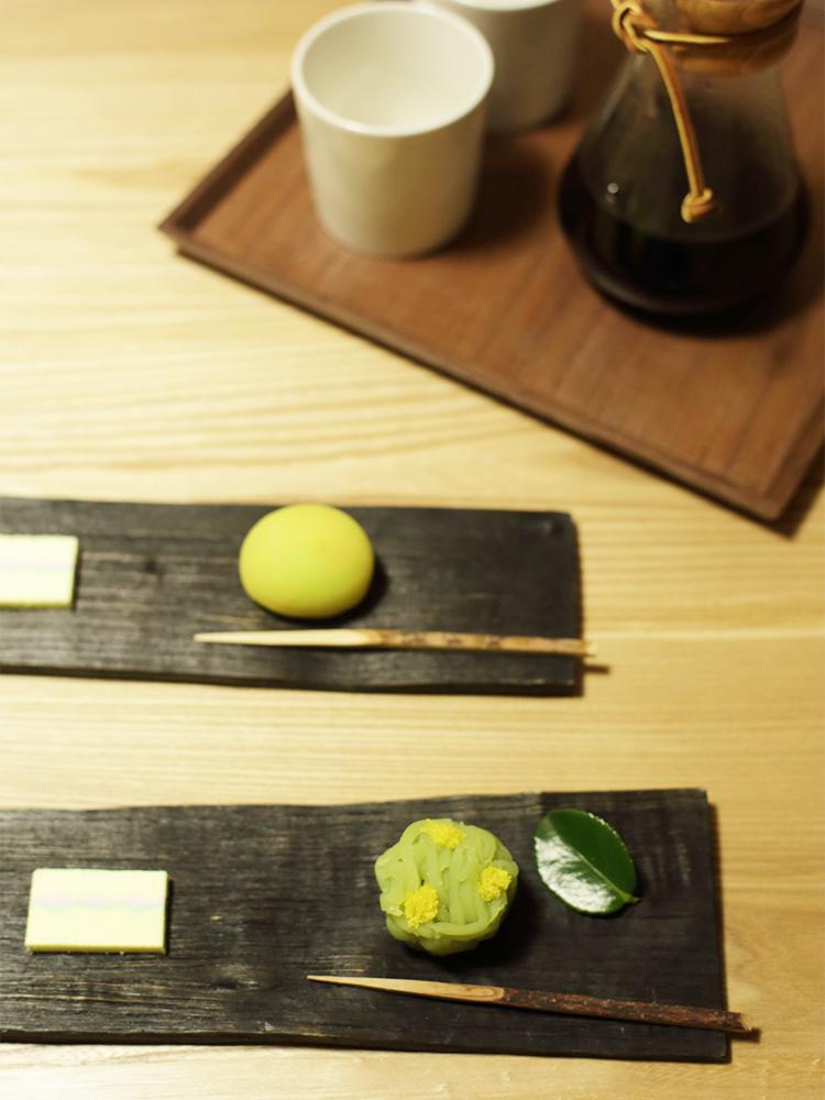 コーヒー焙煎所が増えている近頃の京都では、和菓子×コーヒーなどの楽しみ方も。