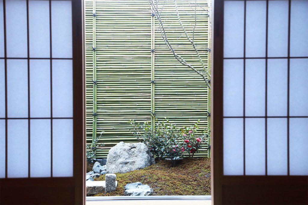 座敷から眺める庭は白砂と苔、緑が美しい。