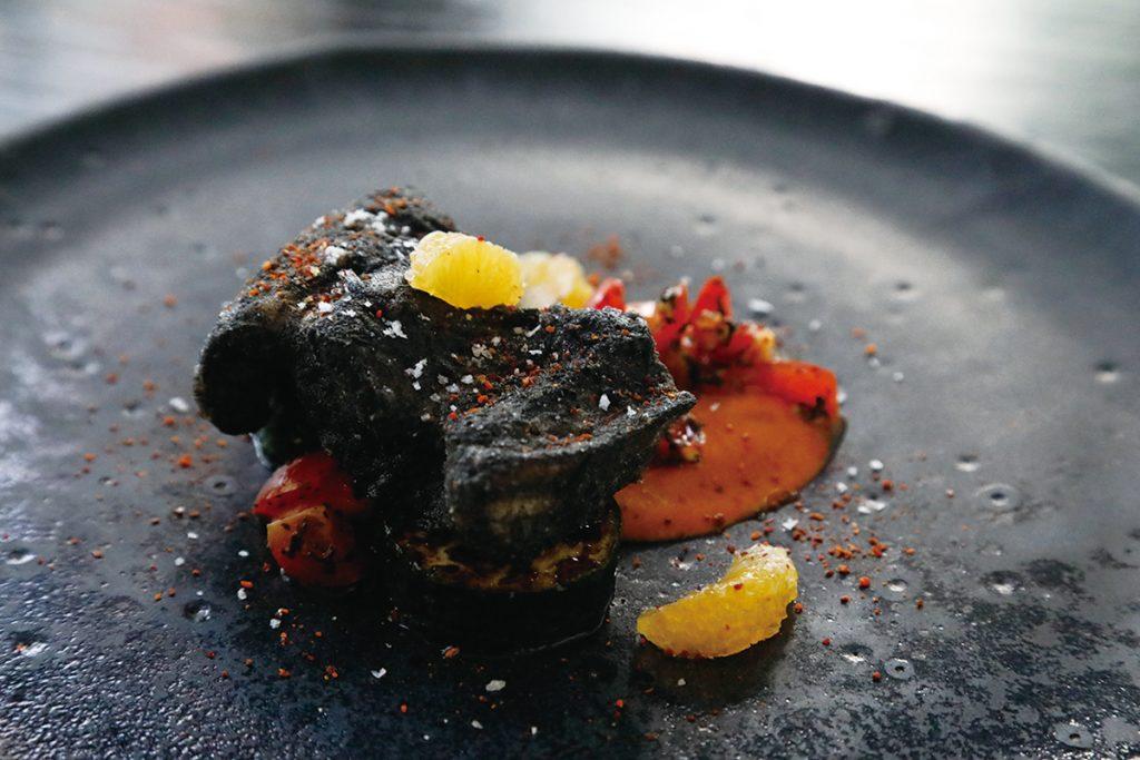 本前菜は稲藁であぶった穴子の米粉揚げ焼き、パプリカのソース、アールグレイでトマトをマリネして。