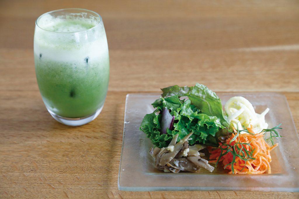 料理はすべてランチの盛り合わせプレート1,500円より。まず登場するのはお代わり自由の自家製野菜スムージーとグリーンサラダ、野菜のパン。