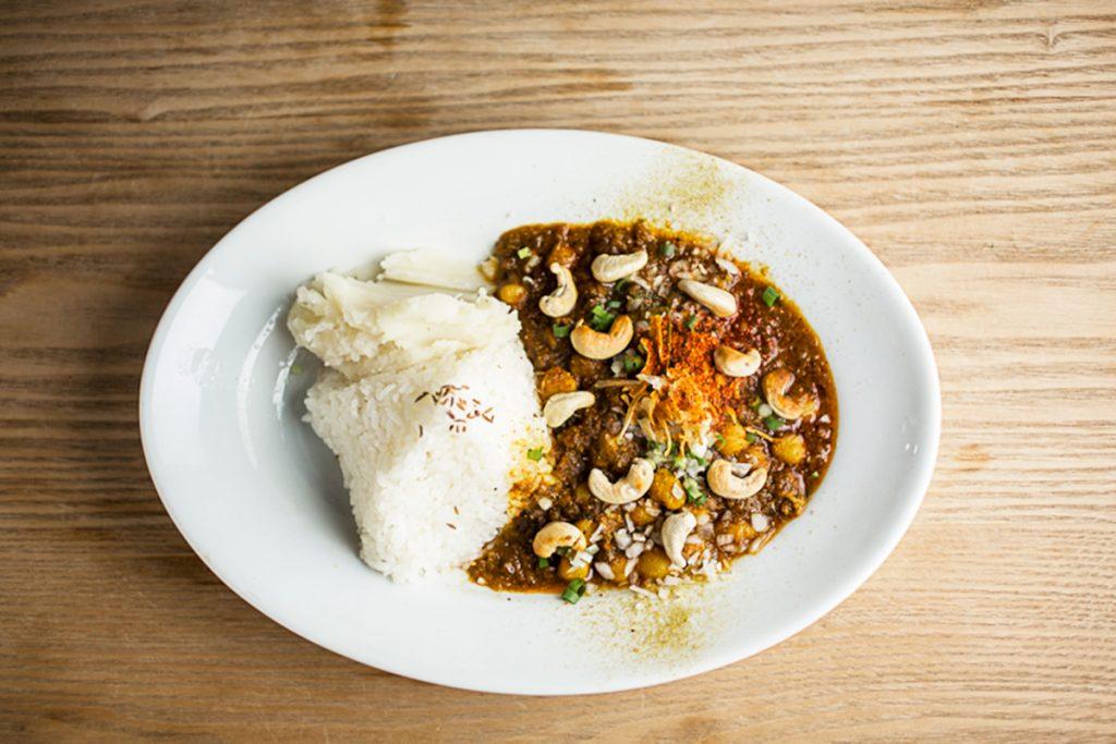 「ひよこ豆とカシューナッツのカレー」1,100円。付け合わせのマッシュポテトも絶品。