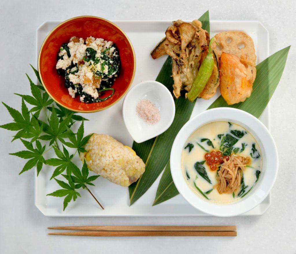 「秋のプレート」日替わりの天ぷら、ほうれん草と柿の白和えなど。茶碗蒸しのなめたけも自家製。ご飯は北海道産の有機新米。1,400円(税込)。
