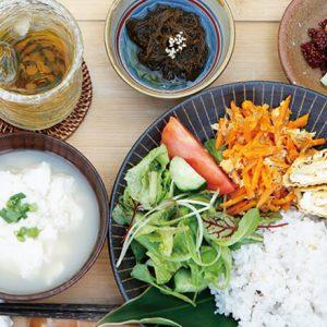 より沖縄時間を満喫するなら。晩ごはん・おやつ・野菜にこだわる【小さな宿】3選
