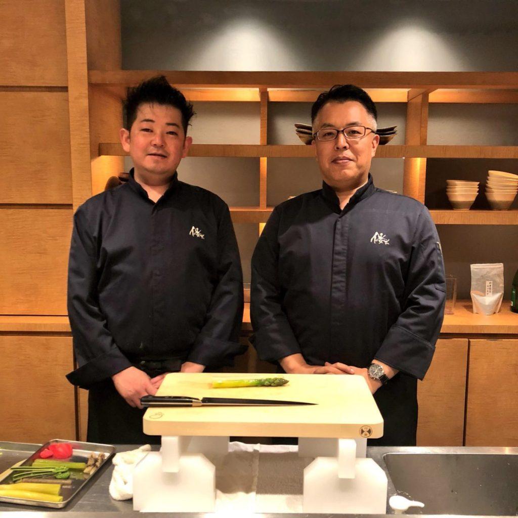 右より監修・岡野延弘シェフ、料理長・若松慎一郎シェフ