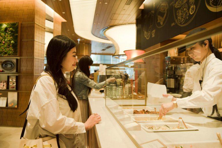 レクサスの世界観を表現したカフェは対面式でオーダー。