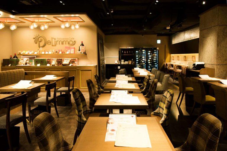 暖かい雰囲気が心地よい店内。テーブルやカウンターなど全50席。