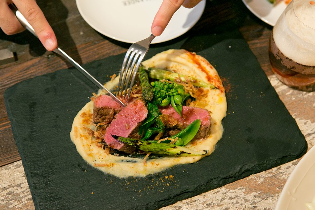 「ラムロインのグリル」柔らかな赤身肉にカレー風味のマッシュポテトと野菜を添えて。