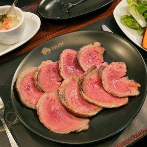 「シュラスコ」ジューシーな肉を好きなだけ、お好みのソースで召し上がれ。