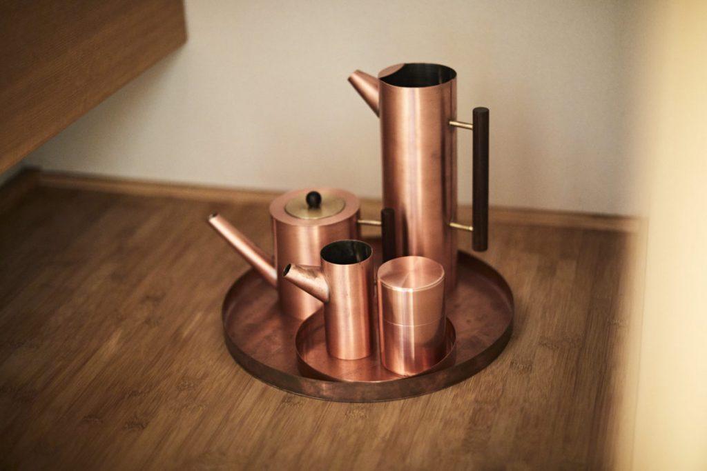 右はデンマークの〈OeO〉デザインのピッチャーやトレイ。6代目の八木隆裕さんは、自ら茶筒を作る職人でもある。
