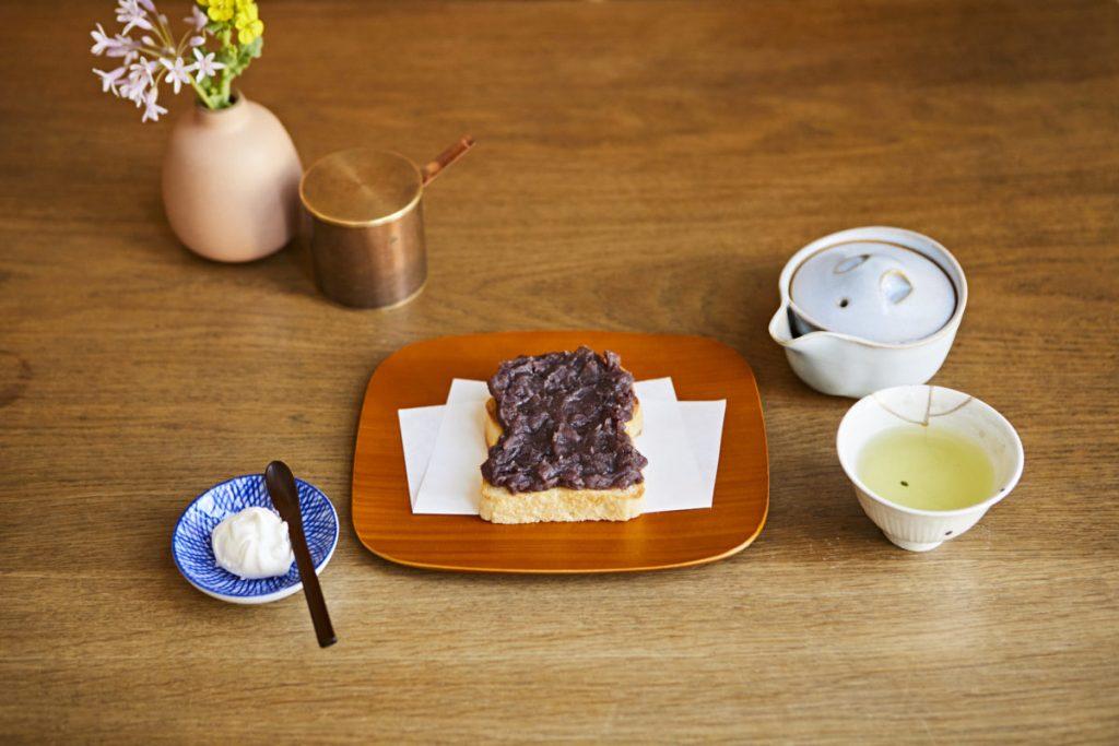 〈HANAKAGO〉の食パンと〈中村製餡所〉のあんを使ったあんバタ480円は、ホイップ100円を添えて。いわれ茶1,000円(各税込)