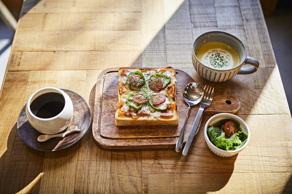 ピザトースト、ドリンク&スープセット1,250円。食パンは壬生(みぶ)にある知る人ぞ知る名店〈マンハッタン〉のものを使用。