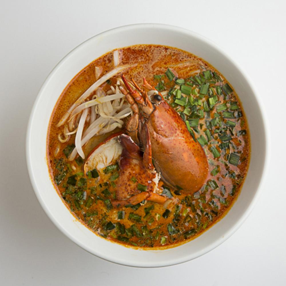 シンガポールのローカルフード「ラクサ」(エビだしの麺)は、ピリッと辛いだしの効いた具沢山のスープが絶品のヌードル。
