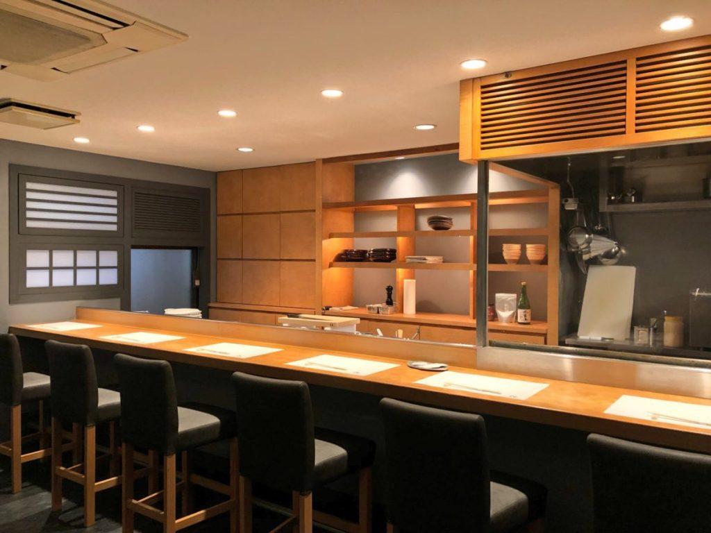 空間や料理に合わせて選び抜かれた、こだわりの器や日本酒が並ぶ。