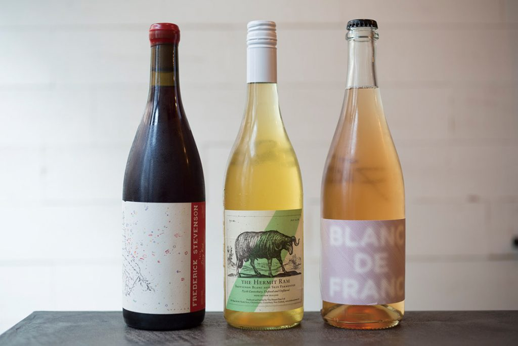 オーストラリアやニュージーランド産の自然派ワインは全てグラスで味わえる(各900円)。