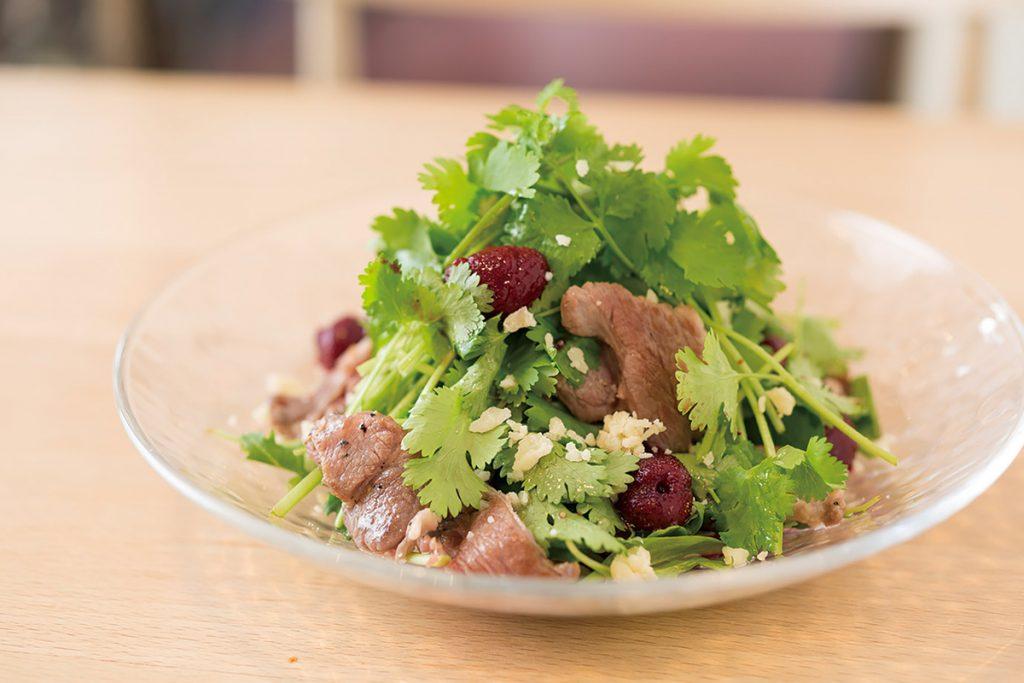 パクチーとラム肉のサラダ ベリーソース850円。甘酸っぱいソースで食欲増進。