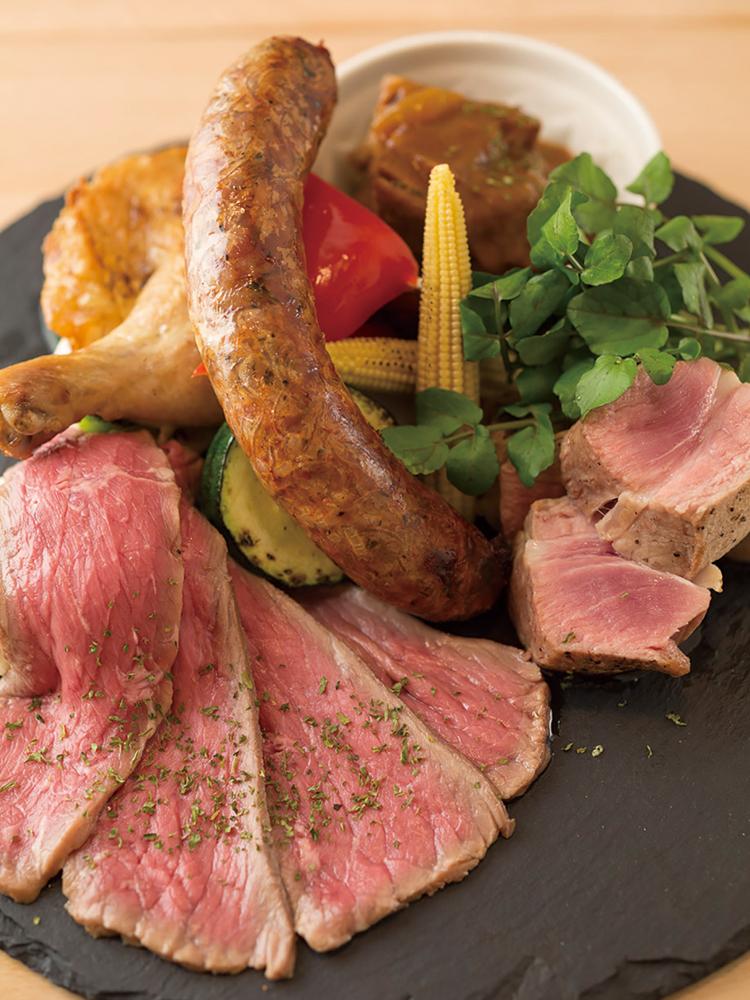 「Ba-LuLu特製肉盛りプレート」ローストビーフ、自家製エスニックソーセージ、山形豚のロースト、骨付きもも肉のコンフィ、牛バラ肉の煮込みの5種類盛り。煮込みは日替わり。フルサイズ3,980円