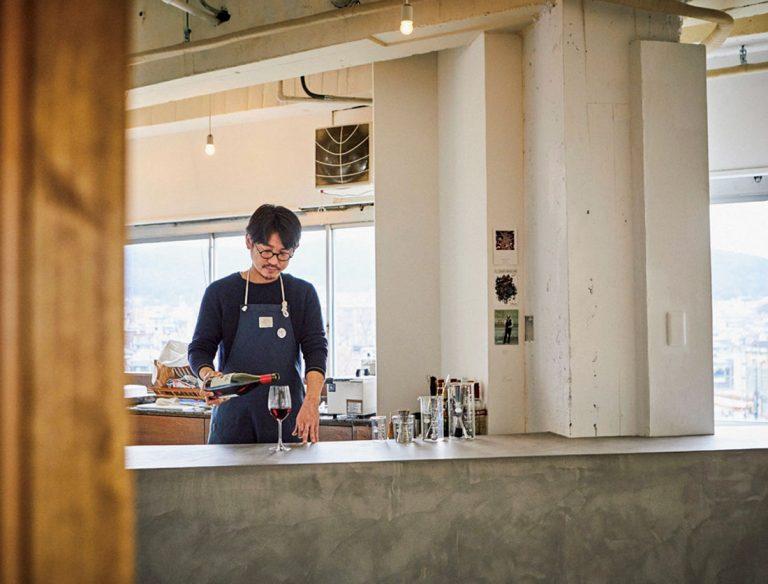 【閉店情報有り】西冨家コロッケ工場横 ワインスタンド