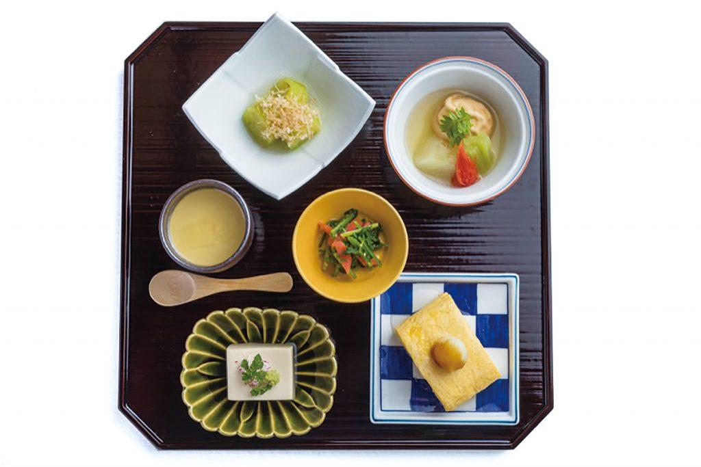 「一の膳」右上より時計まわりに、京野菜炊いたん、出汁巻き、京水菜胡麻和え、胡麻豆富、寄せ豆富、翡翠茄子