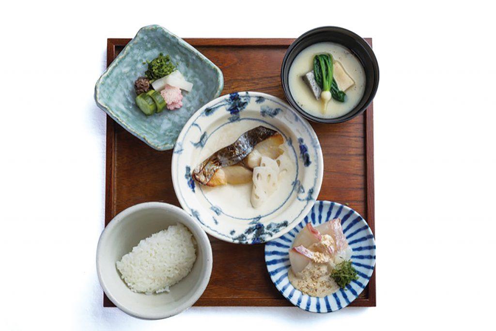 「二の膳」右上より時計まわりに、お椀 京の白味噌仕立て、鯛の刺身、旬魚西京焼き、ご飯、香の物