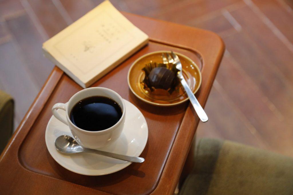 カップ&ソーサー、カトラリーは全店で使用。ネルドリップブレンドコーヒー(M)400円、ジャマイカンラムボール290円。