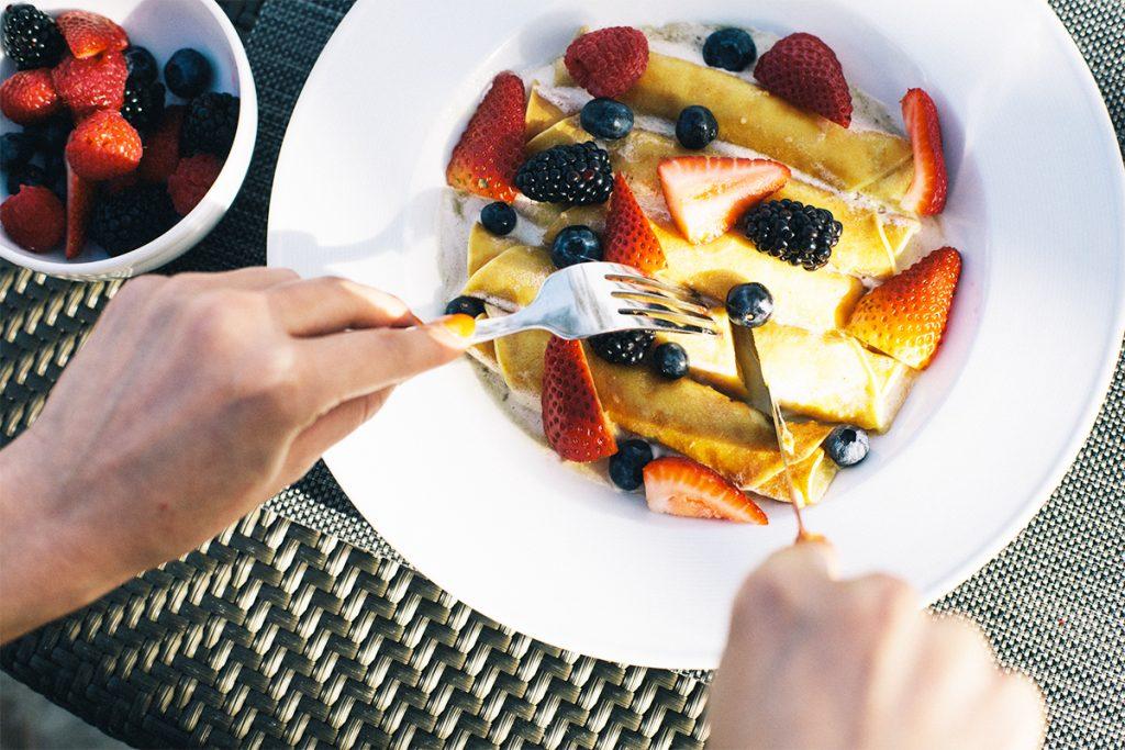 """カハラホテルといえば""""THIN(=薄い)パンケーキ""""というほど、ファンが多いこちらの一皿。甘いもの好きでない人にもぜひ食べてみてほしい。"""