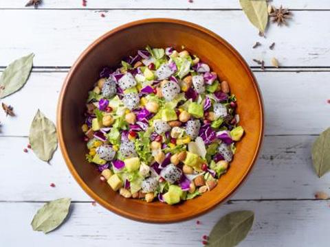 紫レタスやフリルレタスなど10種の野菜がたっぷりの「食べるサラダ」。
