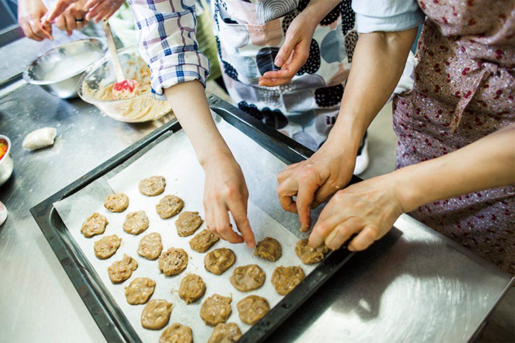 サイドメニューとおやつの3品を参加者全員で作り、完成したらお待ちかねの試食タイム。