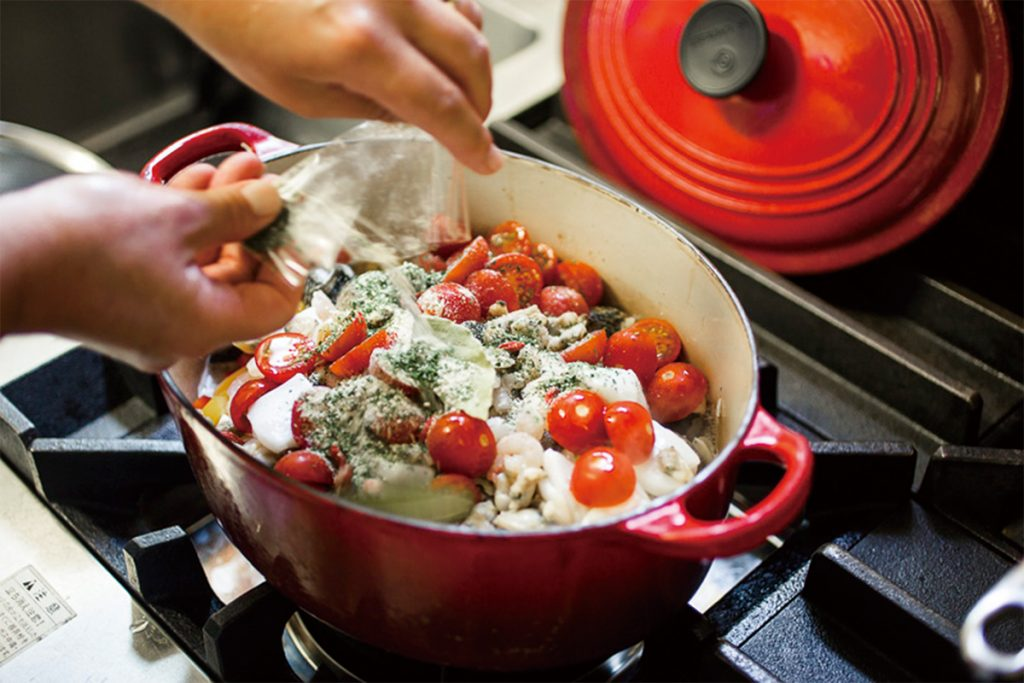 取材時のメイン料理は「あさりと白身魚の気軽なアクアパッツァ」。