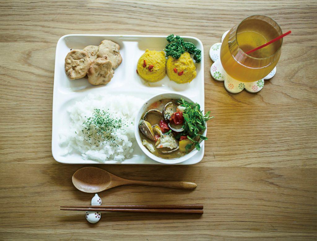 食事と一緒に、10種から選べるブレンド漢方茶も付く。