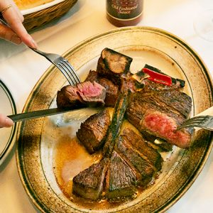 NY発祥の人気ステーキハウスも!極上肉料理が楽しめる丸の内エリアのおすすめ3軒