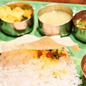 南インドカレーの定食に、食欲をそそるギリシャの豚肉料理。都内で多国籍料理が楽しめるおすすめ食堂!