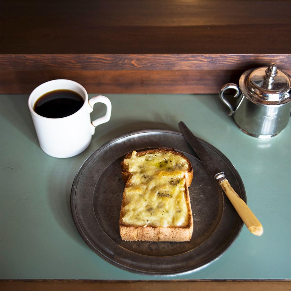 ブレンドコーヒー550円。ハニーチーズトースト400円はモッツァレラチーズベースのミックスにブルーチーズとハチミツが利いた一品。