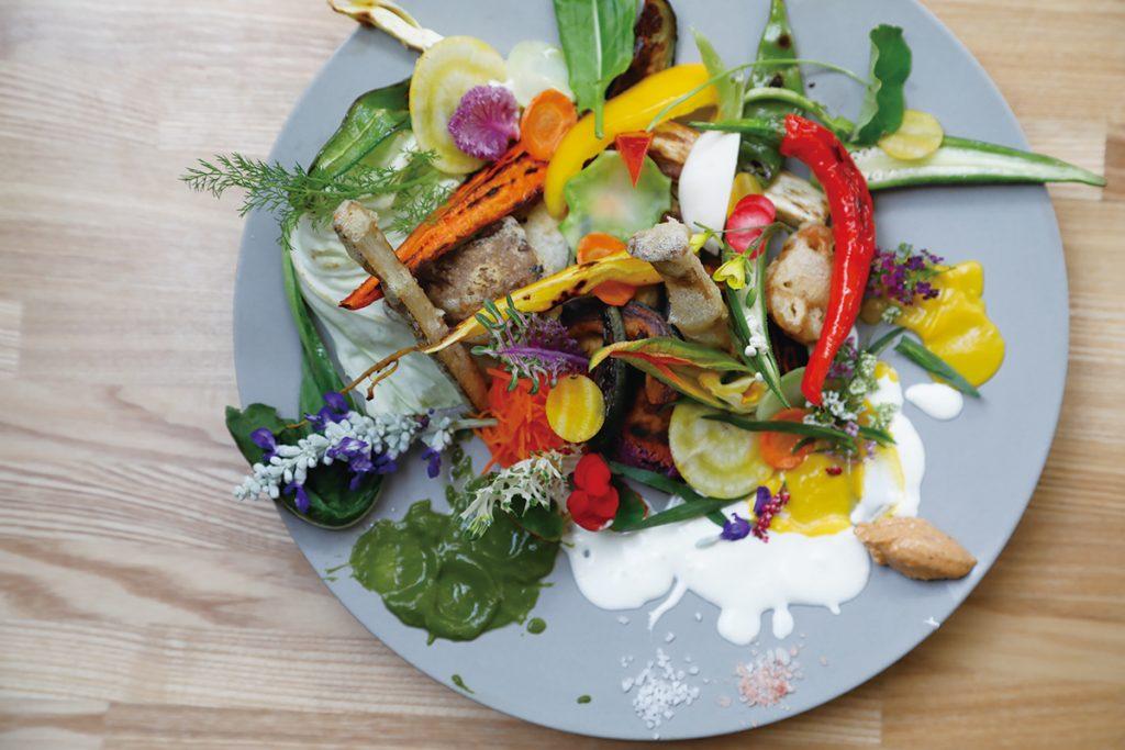 旬の野菜を生、グリルなどでいただく「サラダランチ」2,200円