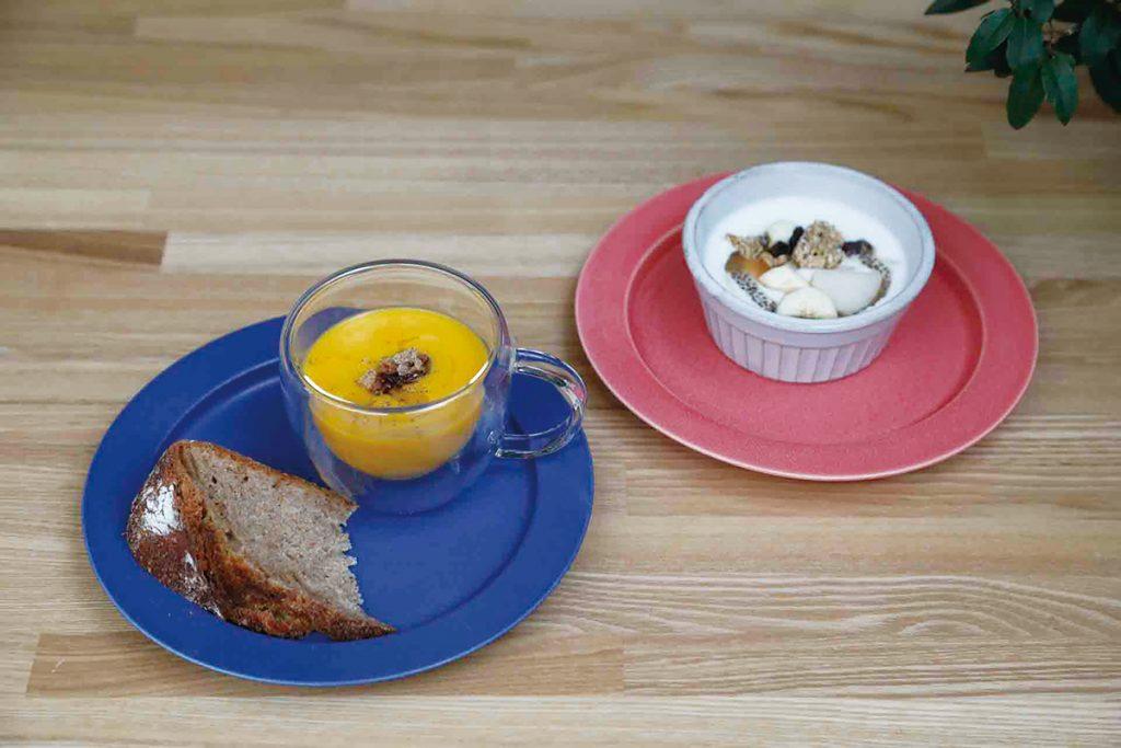 スープと自家製ヨーグルト、パンがつく。