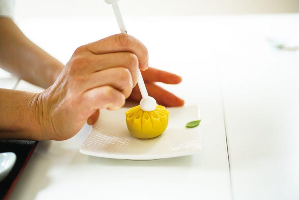 4.中央の花芯部分を棒で押してくぼみをつける。