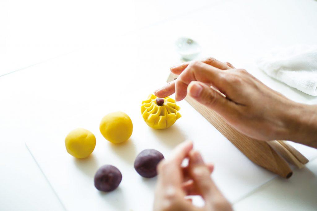 5.小さく丸めたこし餡をくぼみにのせ、指でやさしく押して花芯を作る。