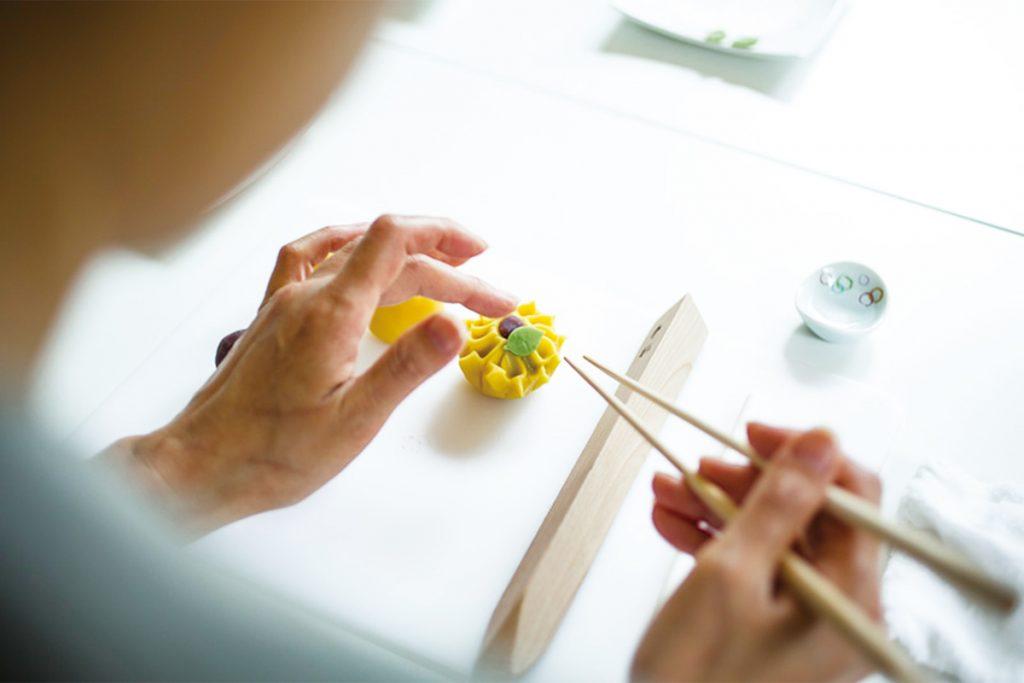 6.最後に葉をあしらえば、ヒマワリの和菓子に。