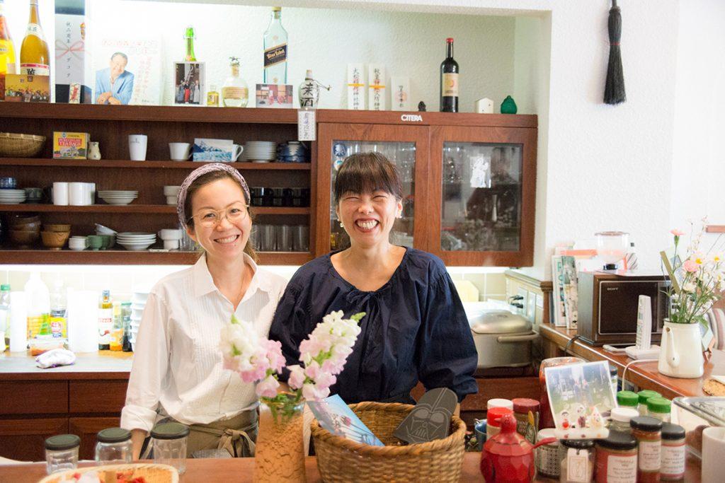 野木早苗さん(右)と野菜定食のミーモさん(左)