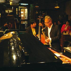 生演奏で贅沢な時間を。生演奏を聴きながら楽しめるアフタヌーンティ&バー。