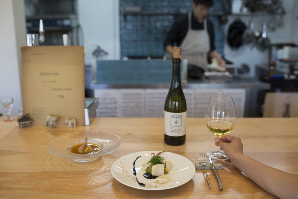 グラスワインは約40種、グラス700円~。
