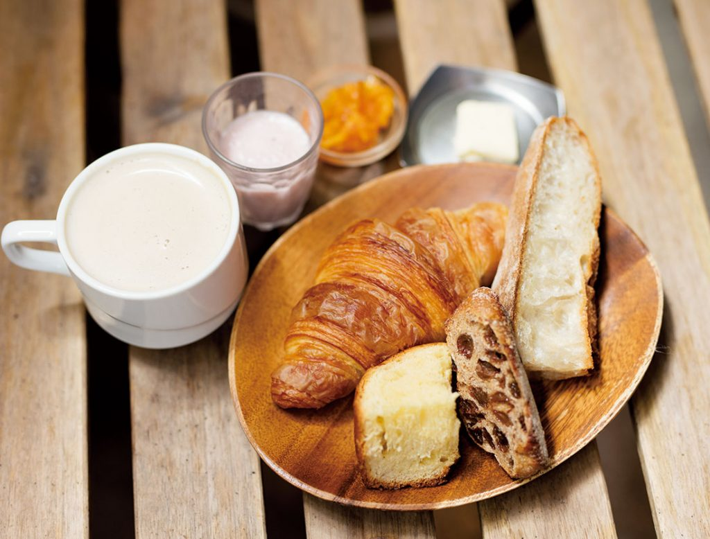 「パリの朝食セット」。右から時計回りに「キッシュ」230円、「バゲットフランぺ」220円、「十勝あんぱん」120円(各税込)。