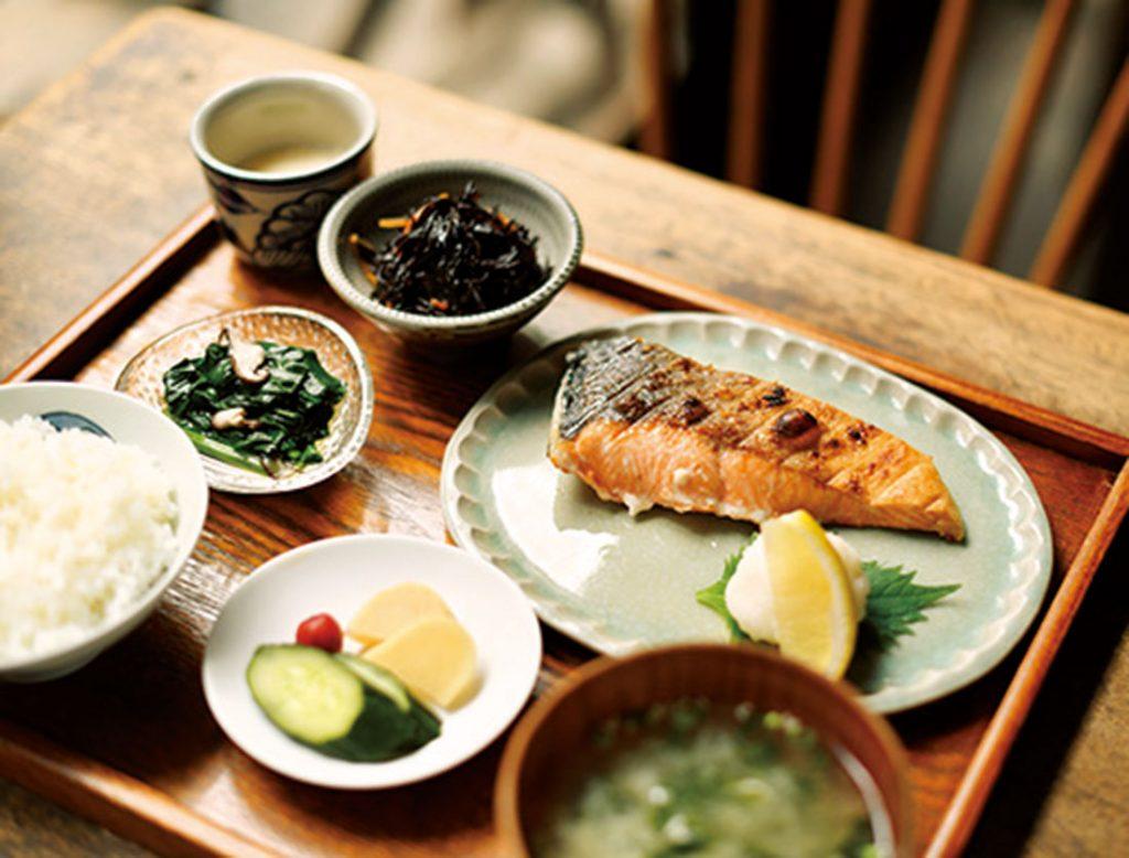 「上しゃけ定食」1,900円は、北海道・釧路産のトキシラズの厚みのある切り身を、遠赤外線グリルで10分ほどかけて焼き上げている。