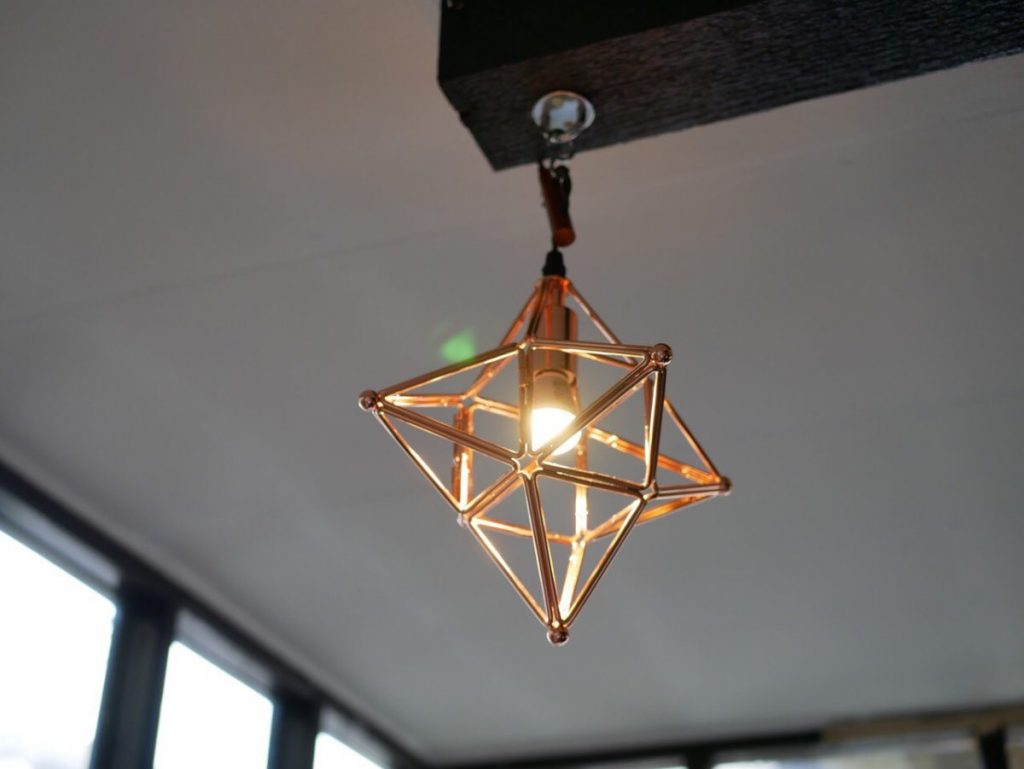 もともと建築やインテリアにも興味があったというマキコさん。このランプも私物を営業日だけ吊り下げている。
