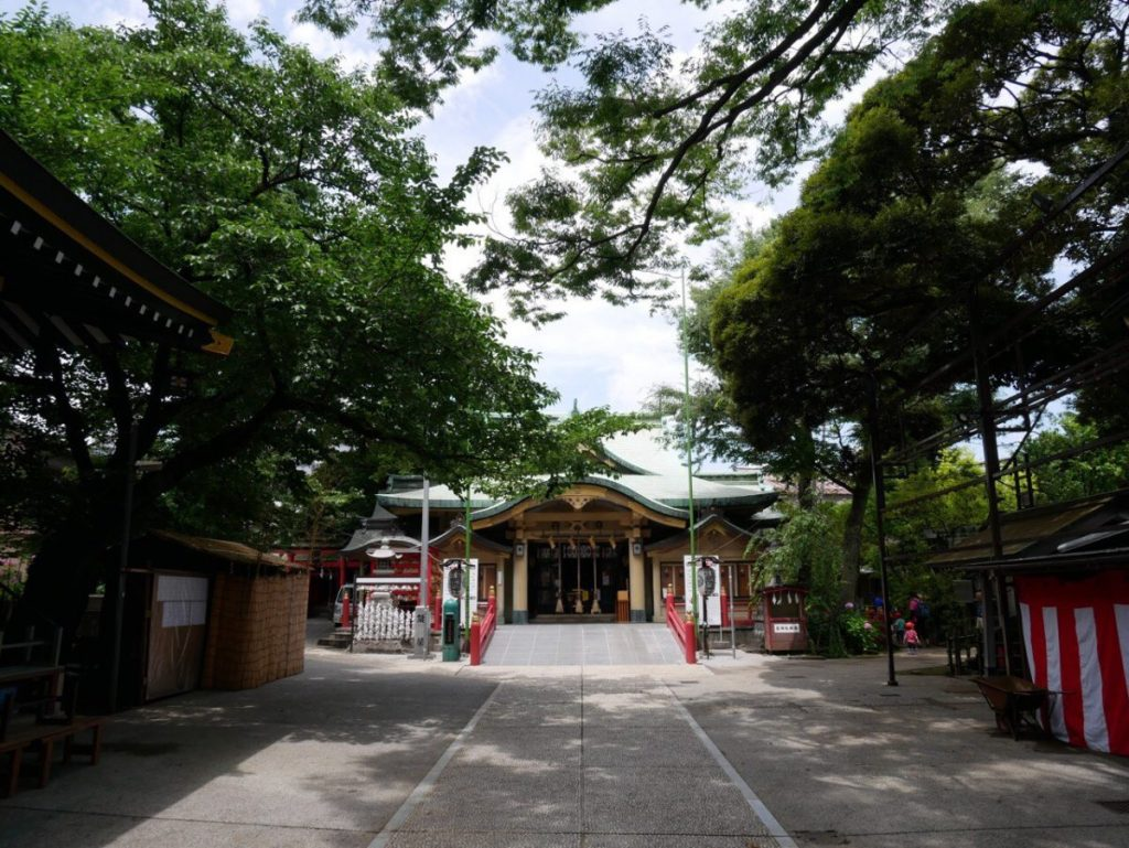 四谷には、昔から知る友人やご近所さんも多数。鎮守の神様である〈須賀神社〉で、ラジオ体操に子供と参加してハンコ押しの係を担当したり、お祭のときは近所の見回りも。