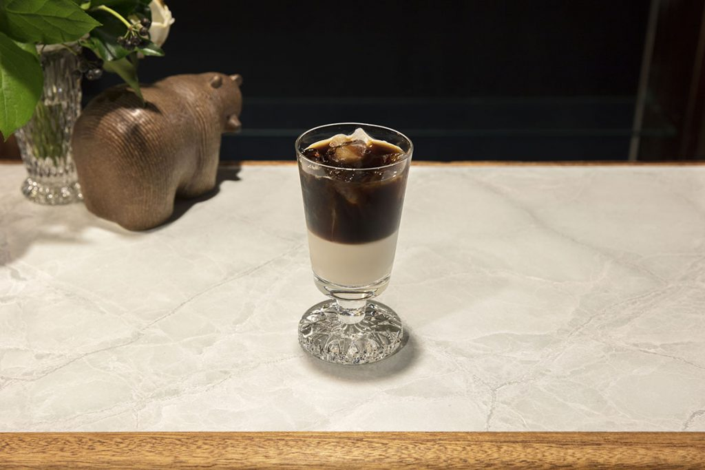 深煎りのマンデリンで淹れた濃厚なアイスコーヒーとミルクの二層が美しいカフェオレグラッセ650円